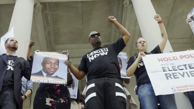 stockvideo's en b-roll-footage met the one leading the protest is the tall black man dressed in black hawk newsome chairman black lives matter greater ny in light of the chokehold... - black lives matter
