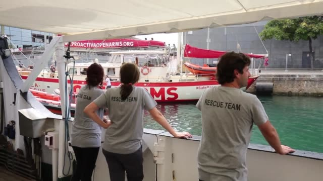 stockvideo's en b-roll-footage met the open arms a boat chartered by an association leaves barcelona to try and help the migrants in the mediterranean sea - uitgestrekte armen
