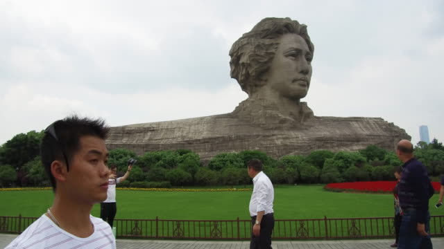 vídeos y material grabado en eventos de stock de the orange island in hunan changsha is a famous tourist destination in chinasome people took pictures in front of the statue of mao zedongon may 5... - mao tse tung