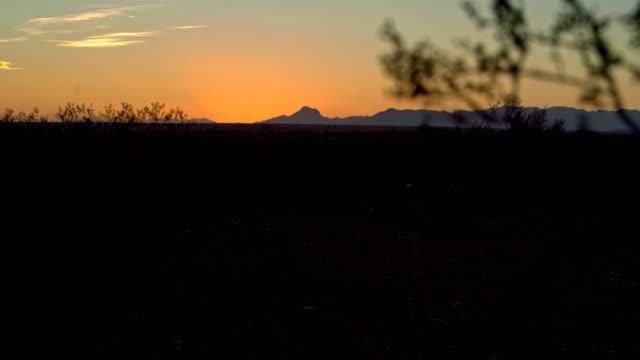 Le coucher du soleil orange dans le désert du Nevada, USA