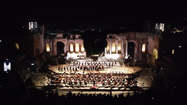 """vidéos et rushes de the orchestra and choir from the teatro massimo bellini in catania perform carl orff's medieval """"carmina burana"""" at the teatro antico in taormina on... - représentation artistique"""