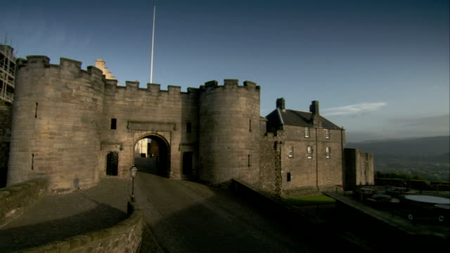 the original walls of the vars stirling castle surround a remodeled building in scotland. available in hd. - スコットランド スターリング点の映像素材/bロール