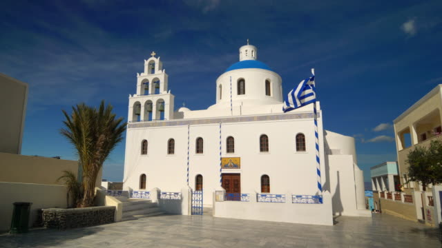 the orthodox church in oia, santorini, greece - insel santorin stock-videos und b-roll-filmmaterial