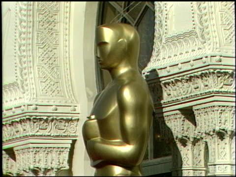 vidéos et rushes de the oscar statue at the 1989 academy awards at the shrine auditorium in los angeles, california on march 29, 1989. - 61e cérémonie des oscars