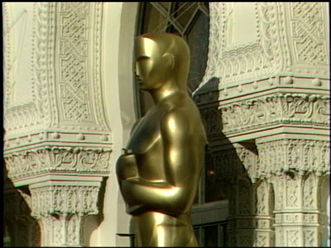 the oscar statue at the 1989 academy awards at the shrine auditorium in los angeles, california on march 29, 1989. - shrine auditorium stock-videos und b-roll-filmmaterial