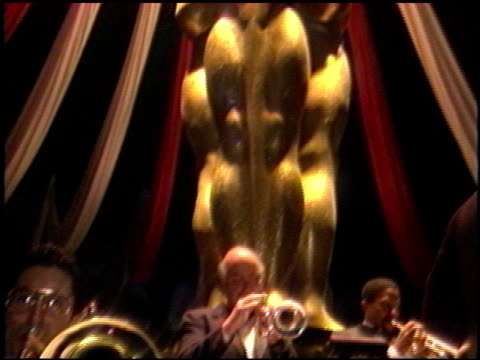 vidéos et rushes de the oscar statue at the 1989 academy awards ball at the shrine auditorium in los angeles, california on march 29, 1989. - 1980 1989