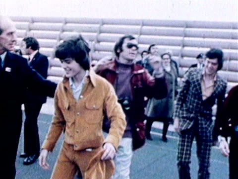 the osmonds wave to their fans as they arrive at heathrow airport for a tour of the uk 1972 - musicista di musica pop video stock e b–roll