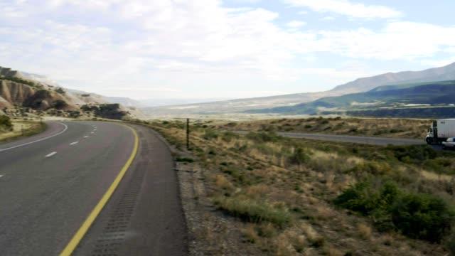 vídeos y material grabado en eventos de stock de el mirador de la carretera en utah - sólo hombres jóvenes