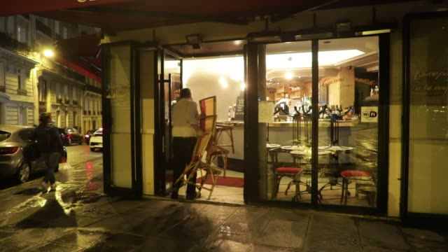 vidéos et rushes de the owner of a bar puts his chairs in after closure on october 5, 2020 in paris, france. to fight against the covid19, the paris police prefecture... - demi finale