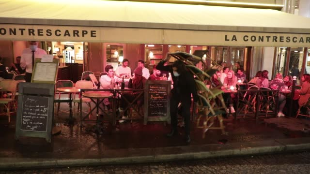 vidéos et rushes de the owner of a bar puts his chairs in at closing on october 5, 2020 in paris, france. to fight against the covid19, the paris police prefecture has... - demi finale