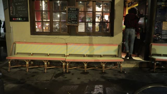 vidéos et rushes de the owner of a bar puts his chairs in when it closes on october 5, 2020 in paris, france. to fight against the covid19, the paris police prefecture... - demi finale