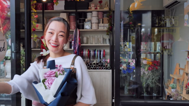 the owner of the asian women flower shop open shop welcomes customers who come to buy flowers, a japanese woman with professional florists, urban flower shops, small business concepts, - flower shop stock videos & royalty-free footage