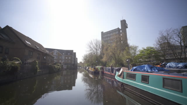 vídeos de stock e filmes b-roll de the paddington branch of the grand union canal as it winds it way through west london in spring. - barco casa