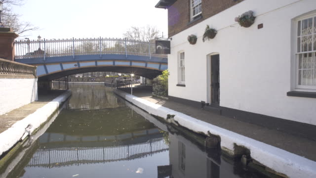 vídeos de stock e filmes b-roll de the paddington branch of the grand union canal as it winds it way through west london, in spring. - barco casa