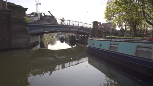 vídeos de stock e filmes b-roll de the paddington branch of the grand union canal - barco casa