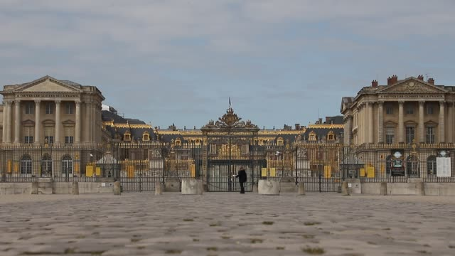 vidéos et rushes de the palace of versailles is seen on the second day after the announcement by french president emmanuel macron of the confinement of the french due to... - monument