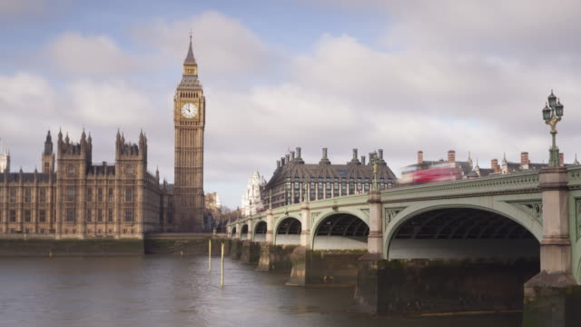 vidéos et rushes de the palace of westminster and westminster bridge in london, england. - westminster bridge
