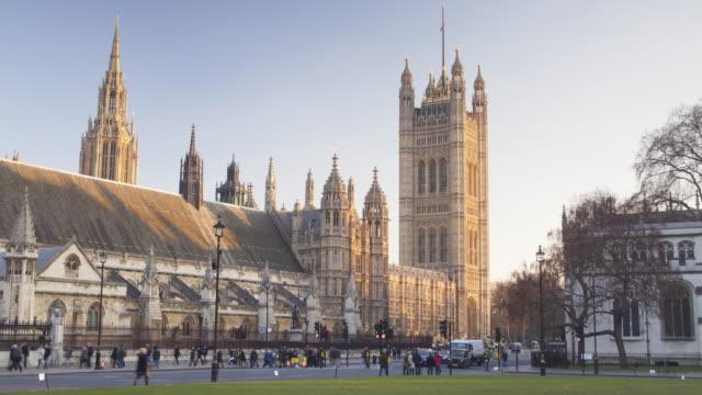 vídeos y material grabado en eventos de stock de the palace of westminster from parliament square in london. - torre victoria