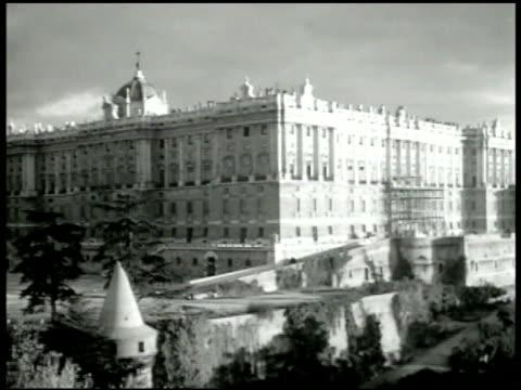 vídeos de stock, filmes e b-roll de the palacio real de madrid aka palacio de oriente - 1943