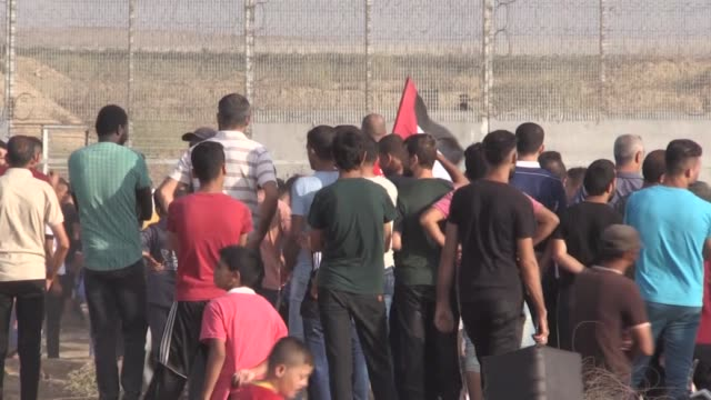 the palestinian health ministry announced that 55 palestinians were injured on friday evening as a result of the israeli army assault on the weekly... - munition stock-videos und b-roll-filmmaterial
