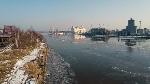 der panoramablick auf das industriegebiet rund um den nord-hafen am fluss von eis, bedeckt mit dock krane und handelsschiffe - norden stock-videos und b-roll-filmmaterial