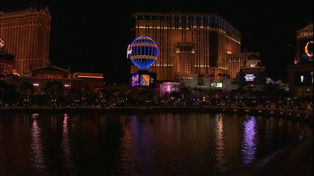 vídeos y material grabado en eventos de stock de the paris hotel and casino towers over a lake in las vegas. - paris las vegas