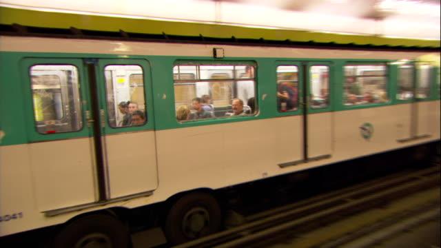 vidéos et rushes de the paris metro speeds through a terminal. - transports publics
