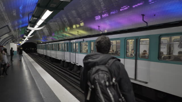 vídeos y material grabado en eventos de stock de the paris metro - enfoque en el fondo