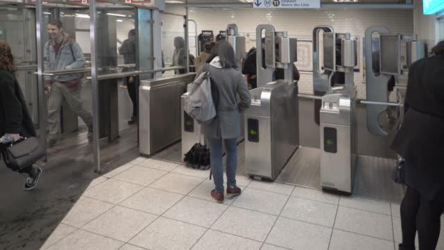 vidéos et rushes de the paris metro - station de métro