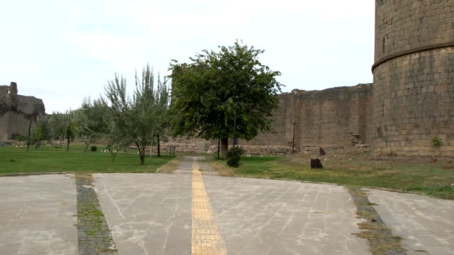 the park in front of the diyarbakır fortress in diyarbakır, southeast turkey - surrounding wall stock-videos und b-roll-filmmaterial