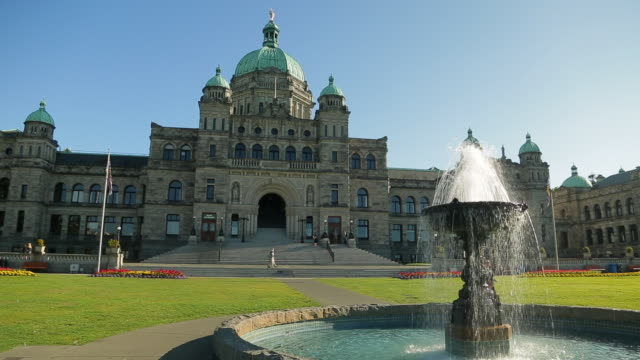 vídeos de stock, filmes e b-roll de the parliament of british columbia and its imposing architecture - parliament building
