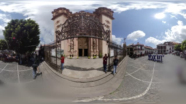 the parroquia de santa prisca in taxco 360 vr - 360 grad panorama stock-videos und b-roll-filmmaterial
