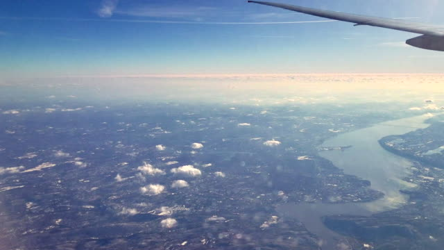 the pasenger aircraft flying over the hudson river, new jersey - inquadratura da un aereo video stock e b–roll