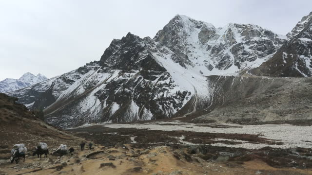 the pass of periche, sagarmatha national park, himalayan mountains, nepal - mt everest national park stock videos and b-roll footage