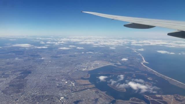 vidéos et rushes de l'avion de passagers survolant le long island, new york, états-unis - queens