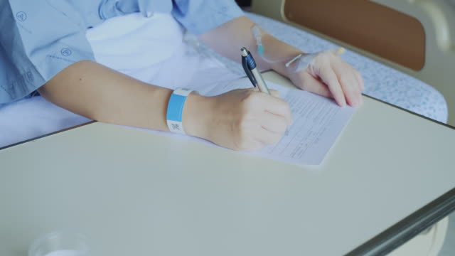 stockvideo's en b-roll-footage met de patiënt beantwoordt de ziekenhuisvragenlijst. - huisbezoek