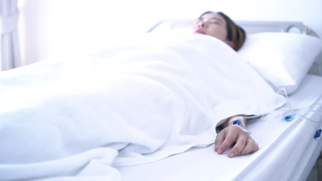 stockvideo's en b-roll-footage met de patiënt bewust uit de coma. bewegende vinger - mar