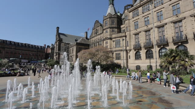 the peace gardens & town hall in city centre, sheffield, south yorkshire, england, uk, europe - シェフィールド点の映像素材/bロール
