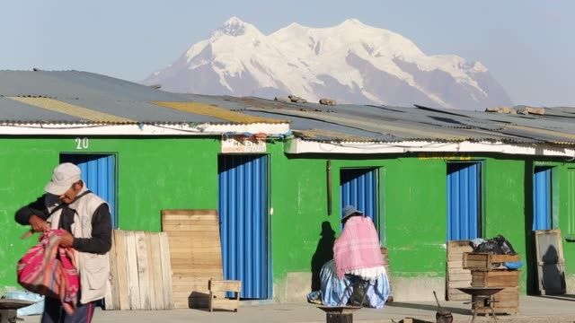 the peak of illimani from el alto above, la paz, bolivia. la paz and el alto are critically short of water and will probably be the first capital... - bolivian andes stock videos & royalty-free footage