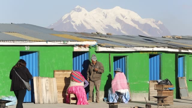 the peak of illimani (6348 metres) from el alto above, la paz, bolivia. - la paz region la paz stock-videos und b-roll-filmmaterial