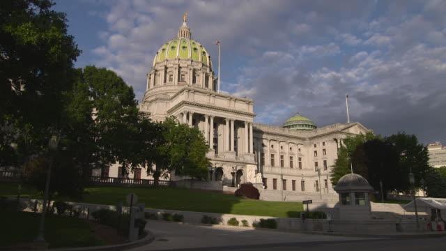 vídeos y material grabado en eventos de stock de the pennsylvania capital building in harrisburg pa early evening - pensilvania