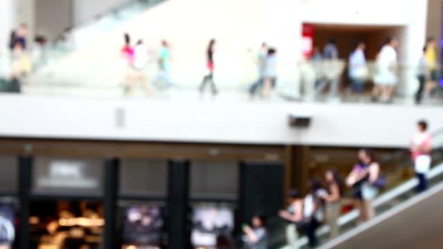 Die Menschen im Einkaufszentrum, Singapur.