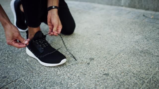 vídeos y material grabado en eventos de stock de el calzado perfecto para correr - autodisciplina