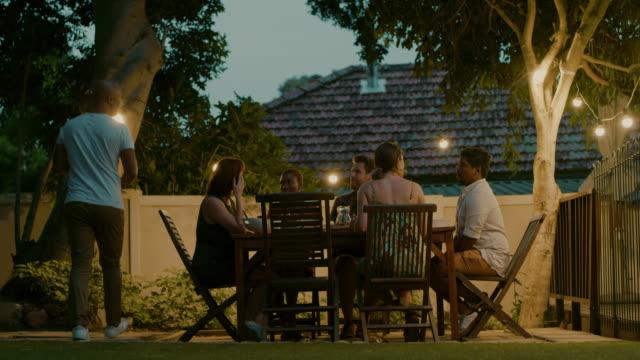 屋外ディナーパーティーに最適な夜 - 庭点の映像素材/bロール