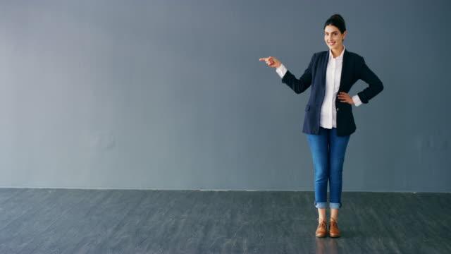 vidéos et rushes de l'endroit parfait pour votre logo - femme d'affaires
