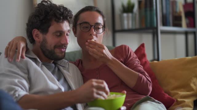 vidéos et rushes de le dimanche parfait les uns avec les autres - adulte d'âge moyen