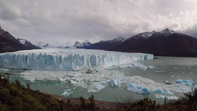 vidéos et rushes de the perito moreno glacier collapsing ice into the lago argentino aerial - hielo