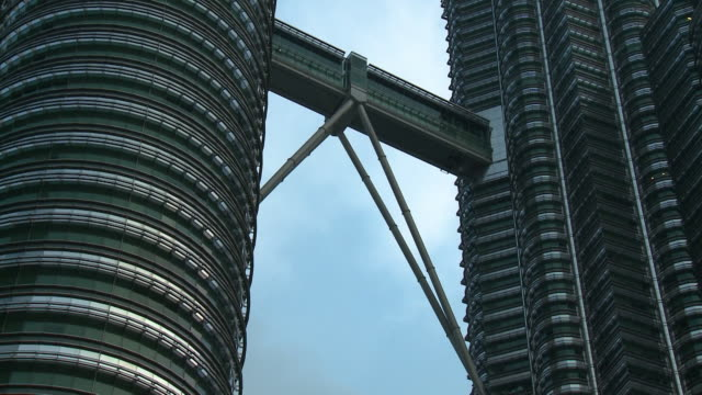 the petronas towers bridge - petronas twin towers stock-videos und b-roll-filmmaterial