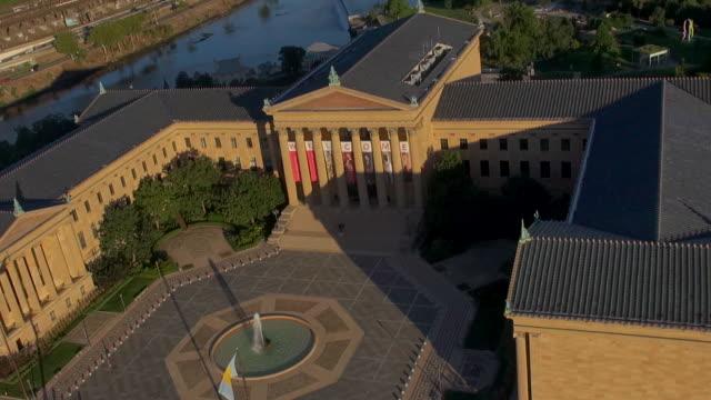 vídeos y material grabado en eventos de stock de the philadelphia museum of art entrance courtyard has a central fountain surrounded by exhibition buildings. - frontón característica arquitectónica