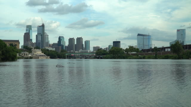 vídeos de stock e filmes b-roll de the philadelphia skyline and the schuylkill river - tempo real